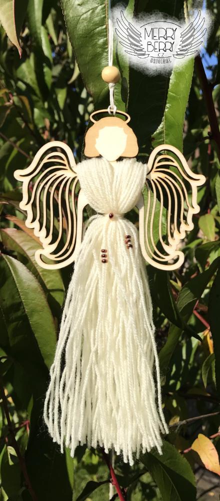 anděl s vyřezávanými křídly